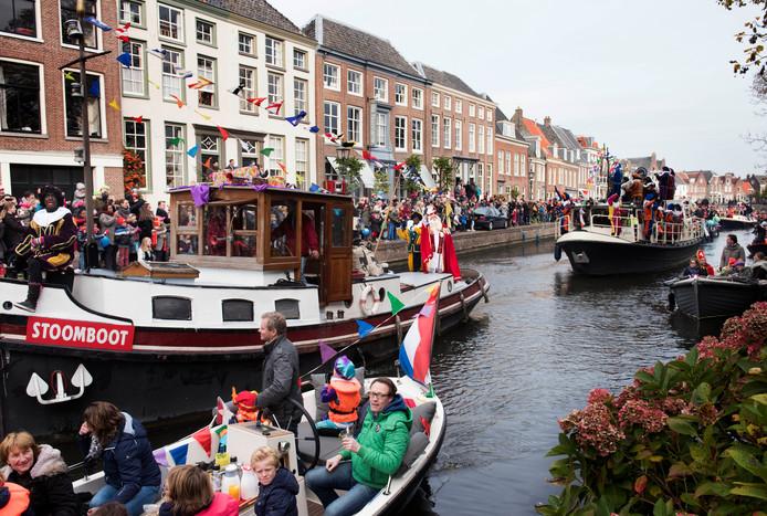 De intocht van Sinterklaas in Maarssen in 2016 met traditionele zwarte pieten.