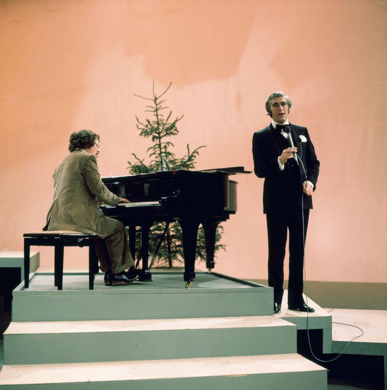 Louis van Dijk (achter de piano) en Marco Bakker in het muziekprogramma van de Tros in 1975. Beeld ANP Kippa