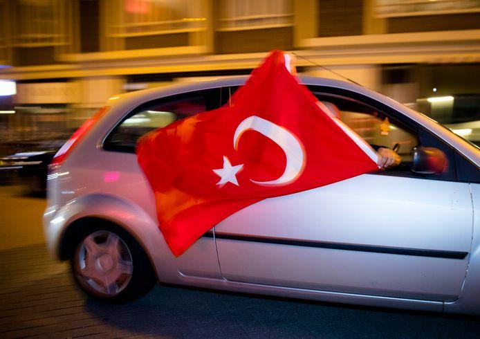 Turkse Nederlanders vieren in 2016 in het centrum van Rotterdam de uitslag van het Turkse referendum.
