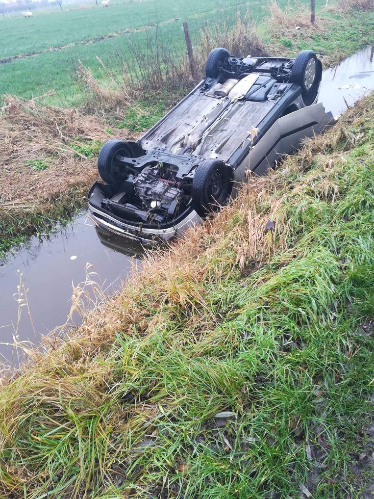 De auto lag ondersteboven in een gracht vol water