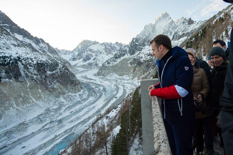 De Franse president Emmanuel Macron vandaag met wetenschappers bij de Mer de Glace-gletsjer nabij Chamonix, in het Mont Blanc-gebergte in de Franse Alpen.