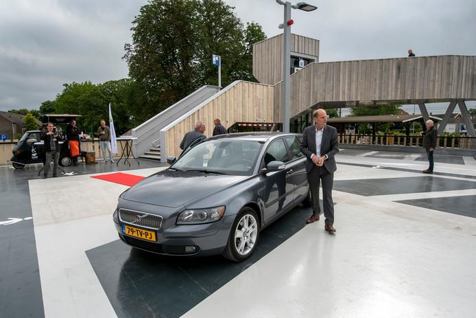 Wethouder Dorus Klomberg bij zijn auto in de nieuwe parkeergarage van Dieren. Hij heeft de garage zojuist geopend.