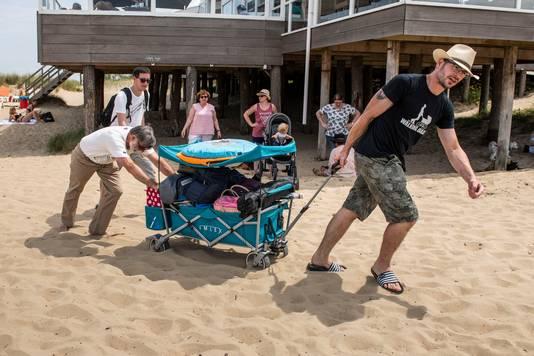 De families Billin en Greuel uit Duitsland hebben het na twee uur op het strand bij Breskens wel gezien.