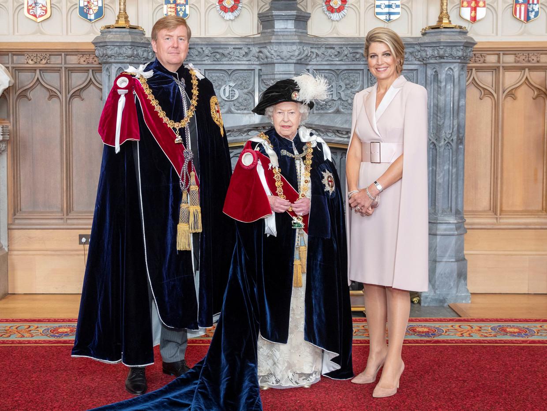 Koning Willem-Alexander en koningin Máxima poseren samen met koningin Elizabeth, bij zijn toelating tot de Orde van de Kousenband.