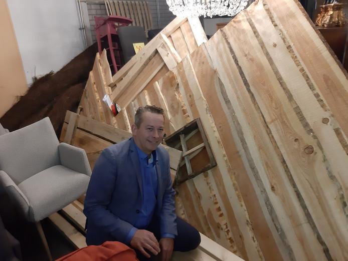 Martijn Makkinga en de opgeslagen plaggenhut van Huttenkloas, die inmiddels is opgehaald door Brouwerij Huttenkloas in Albergen.