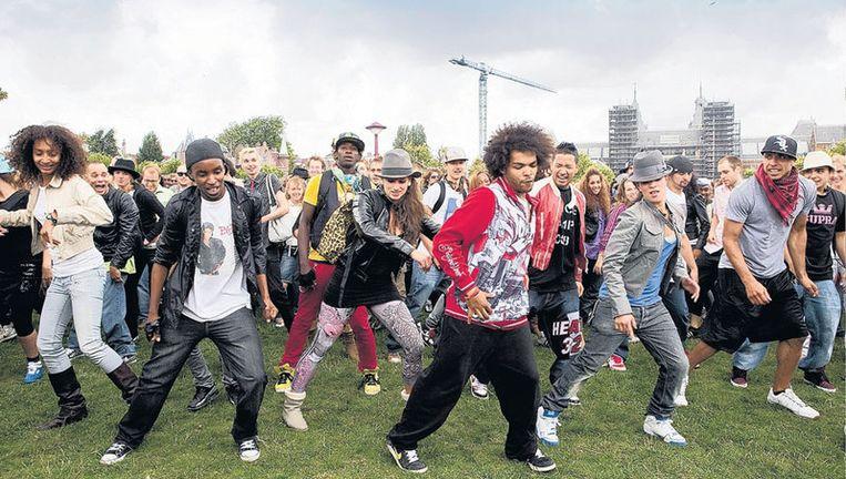 Het Museumplein gevuld met ongeveer duizend zojuist 'opgeleide' dansers. Foto Amaury Miller Beeld