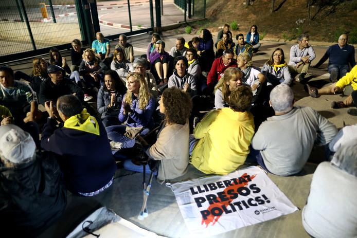 Gisterenavond verzamelden enkele aanhangers voor de gevangenis van Lledoners, waar een aantal politici gevangen zitten.
