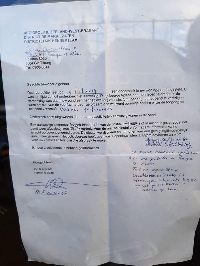 Brief op de deur van het pand.