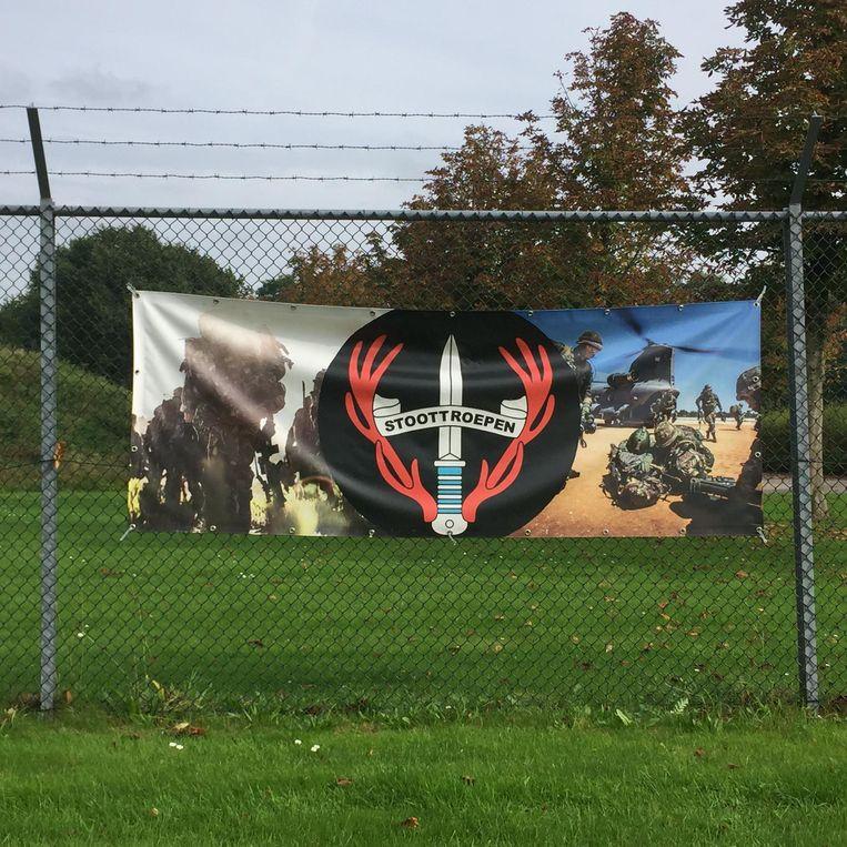 Promotie voor de stoottroepers, aan het hek van de kazerne. Beeld null