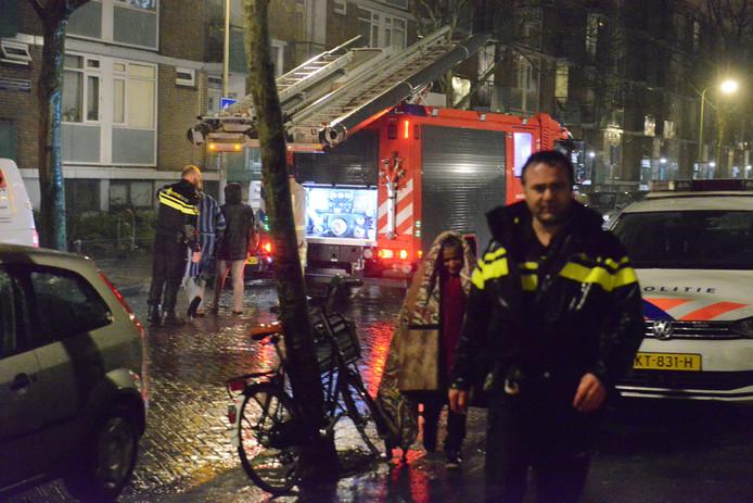 Bewoners van de Wantsnijdersgaarde in de wijk Laak in Den Haag moesten vanwege een kelderbrand hun huis uit. Vervolgens zijn vijf bewoners door ambulancebroeders nagekeken.