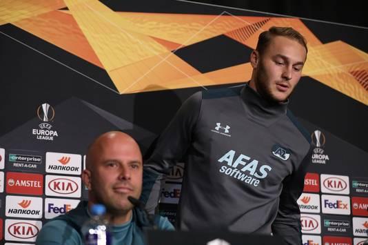 Teun Koopmeiners en AZ-trainer Arne Slot tijdens de persconferentie.