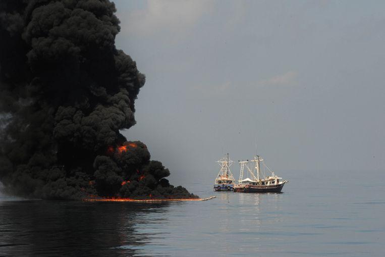 Foto vrijgegeven door de Amerikaanse marine, waarop te zien is hoe twee schepen met behulp van drijvers olie bijeenvegen. (AP) Beeld null