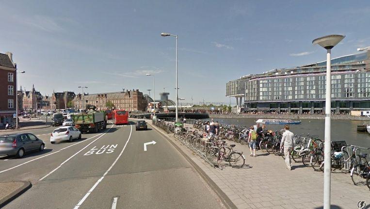 Vrachtauto's moeten per dag vierduizend kilometer extra door de stad rijden door de geplande 'knip' voor doorgaand verkeer op de Prins Hendrikkade. Dat zegt Transport en Logistiek Nederland. Beeld Google Streetview
