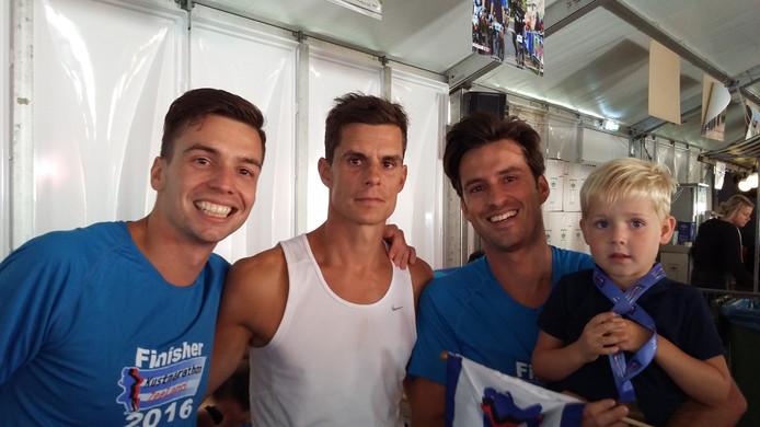 David, Stefan en Michel Schrier (van links naar rechts) net na de finish van de Kustmarathon.