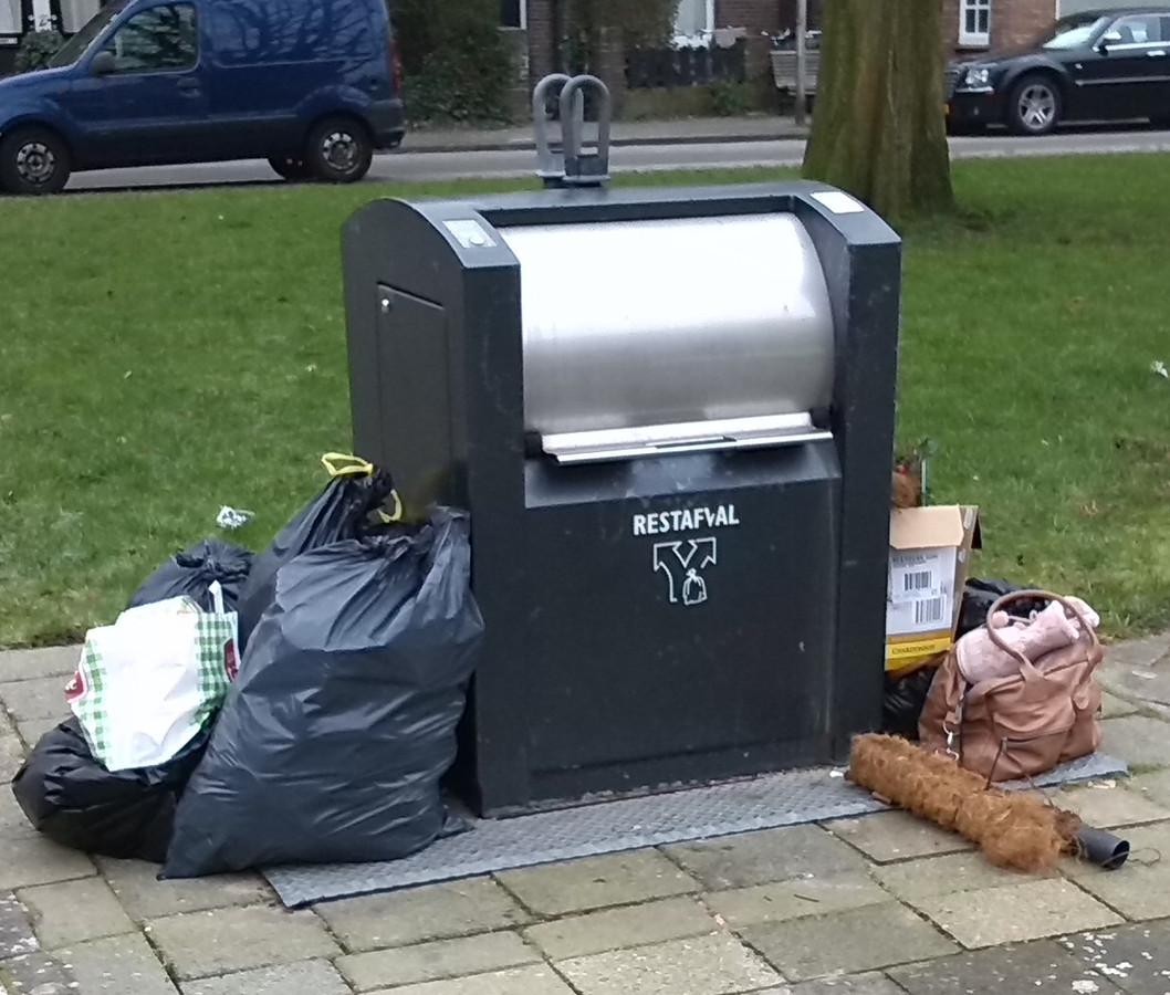 In Utrecht zijn in 2018 ruim 1100 boetes uitgedeeld voor het achterlaten van afval naast een afvalcontainer.