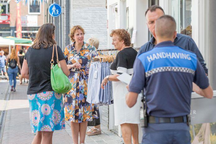 De Goese burgemeester Margo Mulder (tweede van links) ging in juni zelf in de binnenstad kijken of het winkelend publiek zich aan de corona-regels houdt.