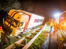 Vrachtwagen raakt wachtende automobiliste met pech op vluchtstrook A58 en crasht