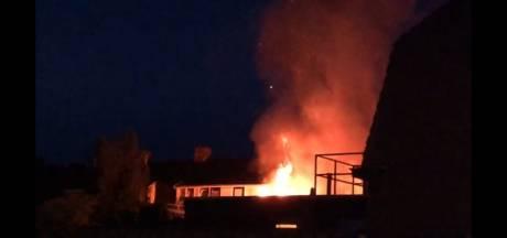 Uitslaande schuurbrand tussen woningen in Oldenzaal