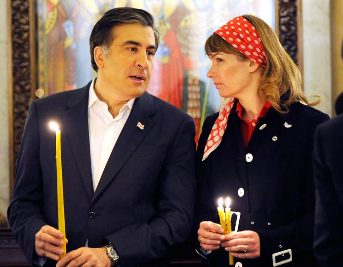 Op deze foto uit 2011 bezoeken Saakasjvili, toen nog president van Georgië, met zijn echtgenote Sandra Roelofs een orthodoxe paasmis in de Georgische hoofdstad Tblisi.