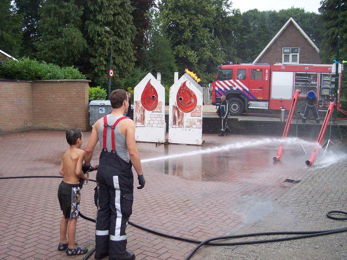 De brandweer kwam in 2013 de kinderen in Loenen vermaken tijdens het vakantiespel. Foto Archief