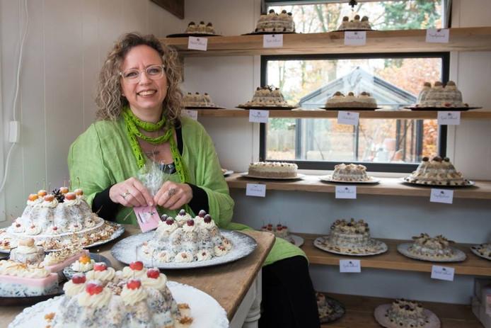 """Yvette Zijffers met een aantal van de taarten die ze speciaal voor vogels heeft gemaakt. """"Ik wil een machtige taart maken. De zaadjes zijn het belangrijkst, vet is het bindmiddel."""""""