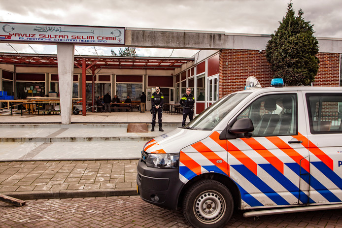 In Zwijndrecht wordt de moskee aan de Willy Sluierweg en die aan de Surinamestraat door politie bewaakt.