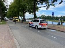 Overstekende vrouw geschept door auto in Deventer
