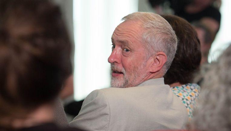 Oppositieleider Jeremy Corbyn kijkt over zijn schouder voordat hij een toespraak geeft over immigratie en Brexit in het Maxwell Library in Londen. Beeld ap