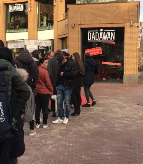 Lange rij voor gratis eten bij restaurant Dadawan in Eindhoven