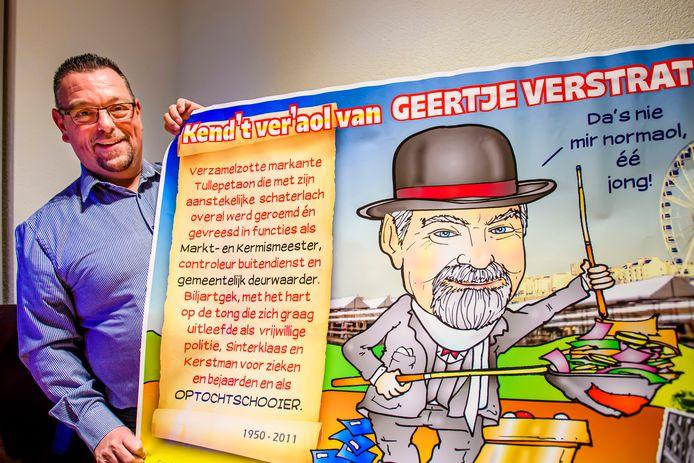 Mario Verstraten met de carnavalsposter die Frank Roks maakte over zijn overleden broer Geert, een Tullepetaon in hart en ziel, die in 2011 plots overleed.