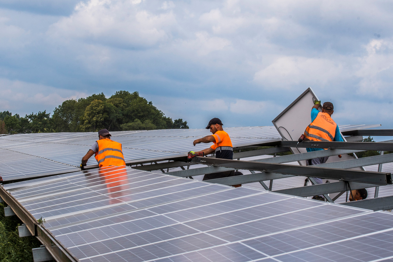 In dunbevolkte gebieden zijn de netten niet berekend op de grote hoeveelheid nieuwe zonneparken.