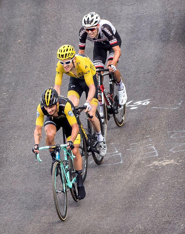 Primoz Roglic, Geraint Thomas in het geel en Tom Dumoulin op 300 meter van de finish in rit zeventien. Beeld Klaas Jan van der Weij / de Volkskrant