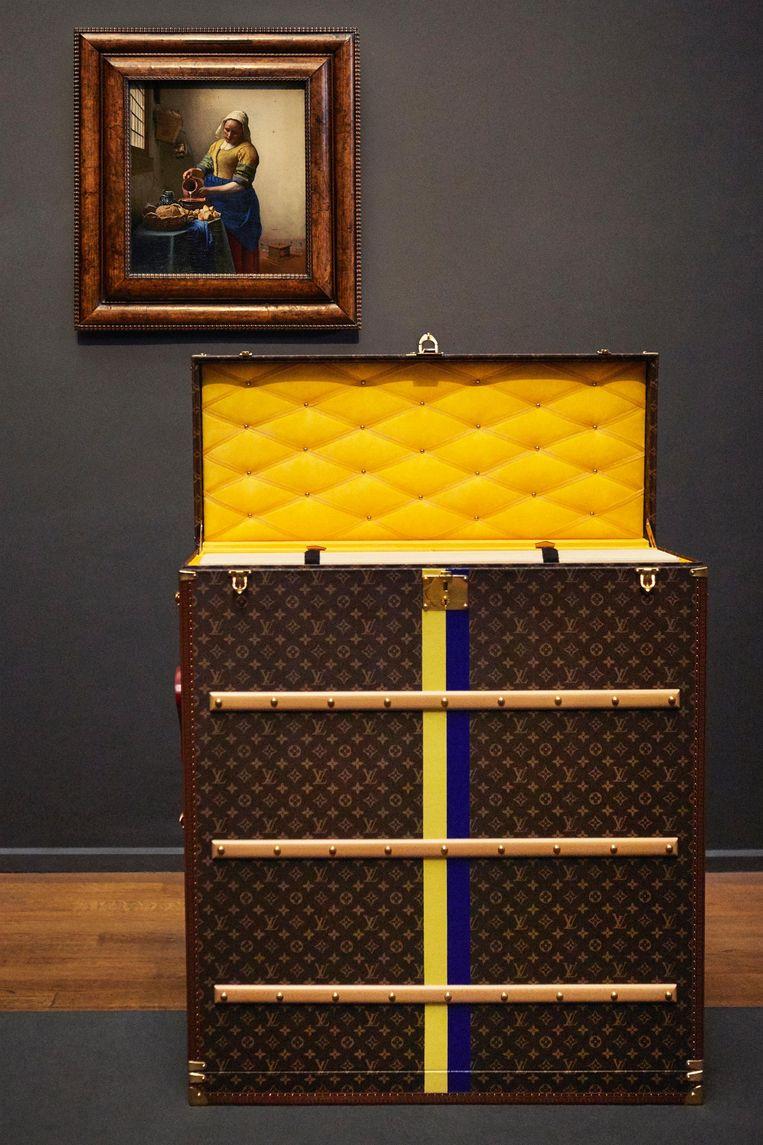 Louis Vuitton ontwierp een speciale koffer voor Het Melkmeisje Beeld Louis Vuitton/Rijksmuseum