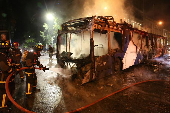 Zo'n zestien bussen gingen tijdens de protesten in vlammen op.