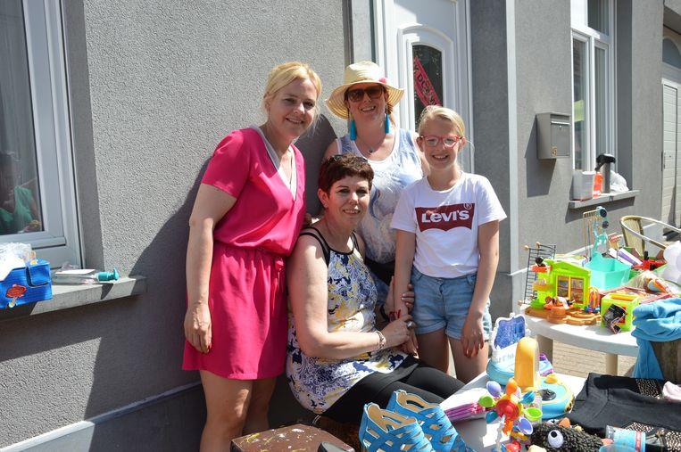 Marina De Jonge uit de Kerkstraat had samen met haar dochter, stiefdochter en kleindochter een kraampje voor het deur tijdens de 'Grootste Garageverkoop en Rommelmarkt van Vlaanderen' in Welle.
