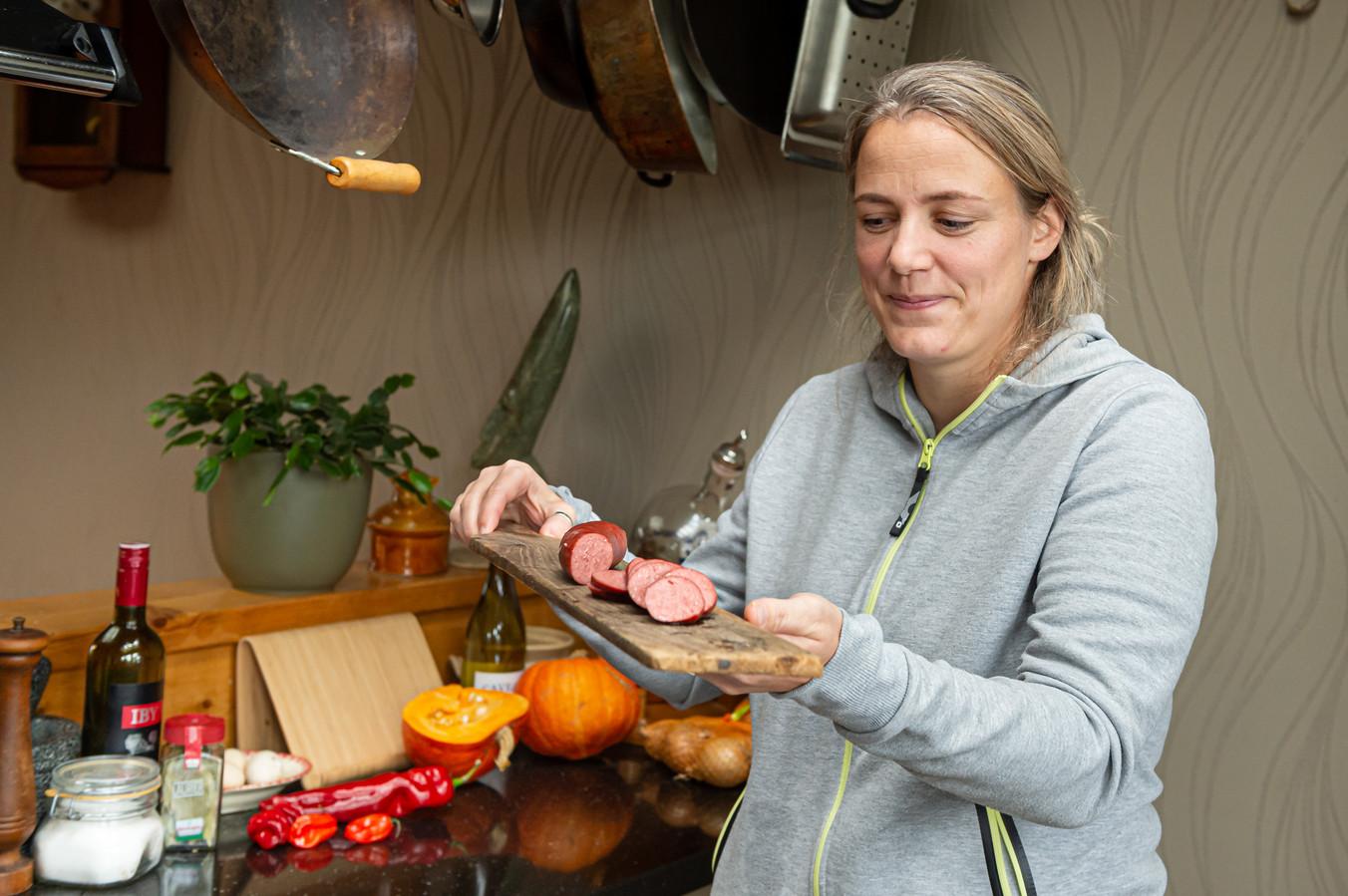 Simone van Risp van Het Wildhuys uit Berkenwoude met de bekroonde rookworst van ganzenvlees uir de Krimpenerwaard.