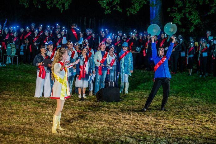 Een beeld van de voorstelling Fanfari Bombari uit 2016, hier in Biezenmortel.