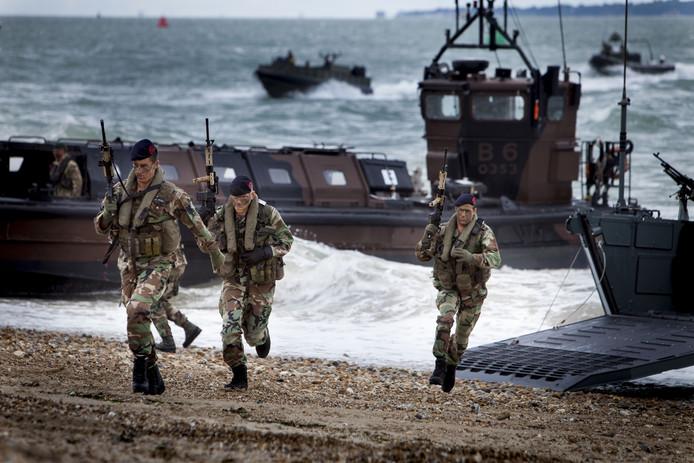 Een aantal soldaten van het Korps Mariniers komt aan wal.