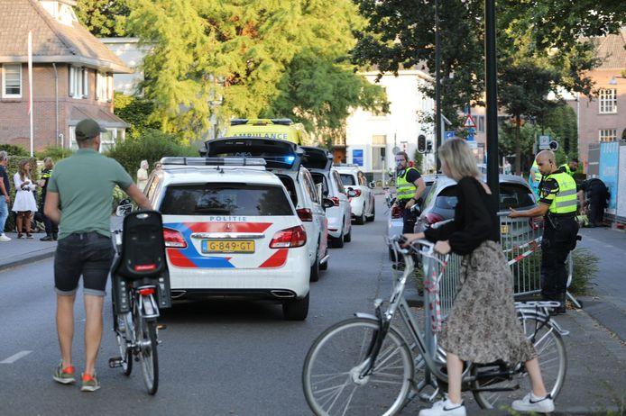 Na een mogelijk steekincident in Apeldoorn is een man zwaargewond naar het ziekenhuis gebracht. De Kerklaan en een deel van het Oranjepark in Apeldoorn zijn afgezet