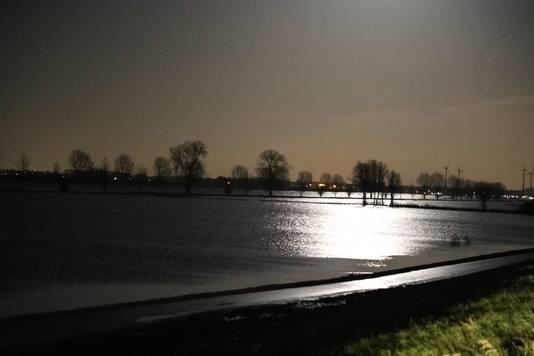 Hoog water bij nacht in de Maas bij Sprang-Capelle.