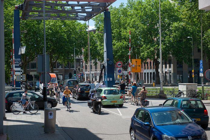 Aan dit beeld komt snel een einde, de Van Berckelstraat wordt fietsstraat waar de bus te gast is en de auto niet meer mag komen.