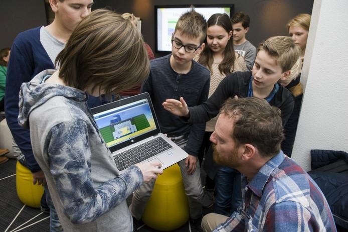 Eerste- en tweedeklassers van het Rodenborchcollege zijn in discussie met stadsecoloog Johan Mees in het stadskantoor.