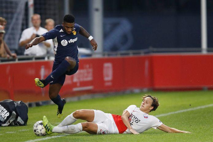 Genaro Snijders (links) in actie tegen Jong FC Utrecht.
