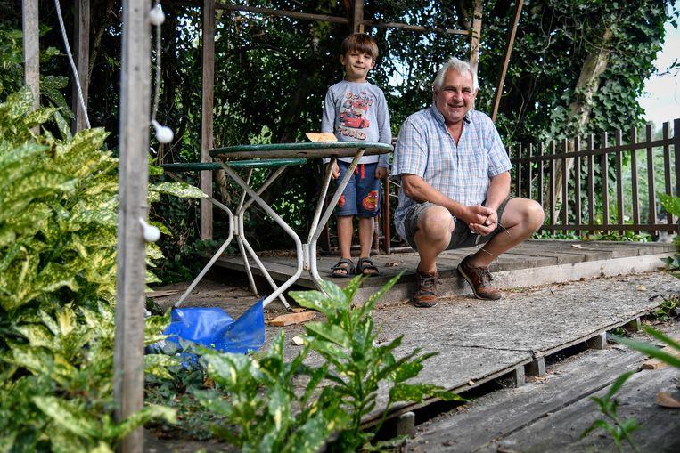 Herman Van Hauwermeiren, met kleinzoon Ciske, stelt zijn tuin met plezier open voor het grote publiek.