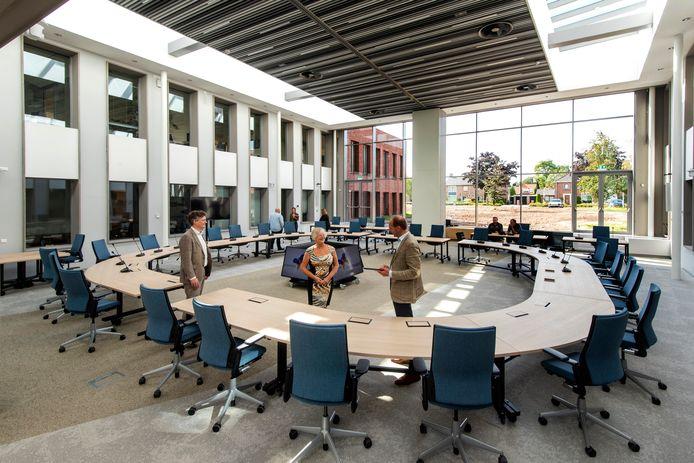 Burgemeester Josan Meijers bekijkt de opstelling voor de gemeenteraad in de multifunctionele vergaderruimte. Foto: Gerard Burgers.