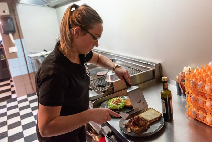 Barbara Achterberg moet vrijwel dagelijks voor een klant een giga-hamburger in elkaar zetten. Ze komen er voor uit België naar Barneveld gereden.