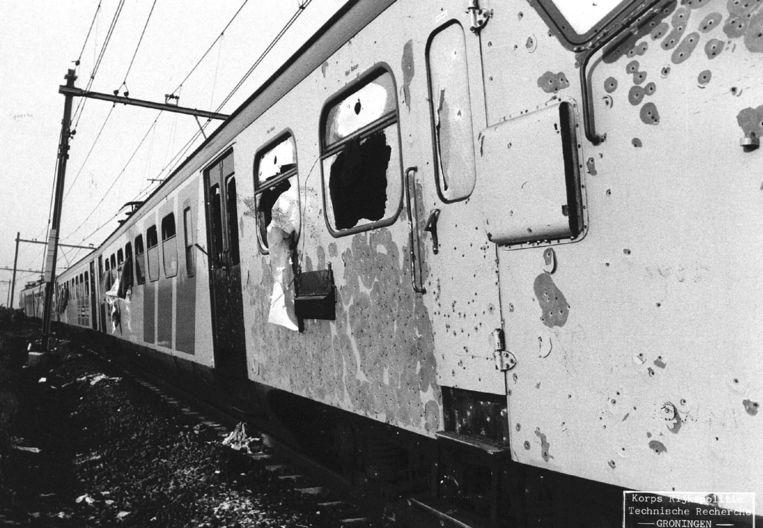 Schade aan de gekaapte trein na de bevrijdingsactie. Beeld null