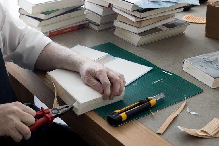 De kunstenaars aan het werk tijdens het nakijken van de mishandelde pagina's.