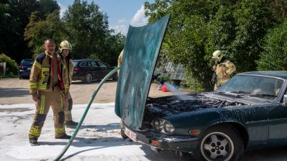 """Jaguar uit 1982 brandt uit op parking Hostellerie Lesco: """"Vooral sentimenteel verlies omdat het verjaardagscadeau voor mijn vrouw was"""""""