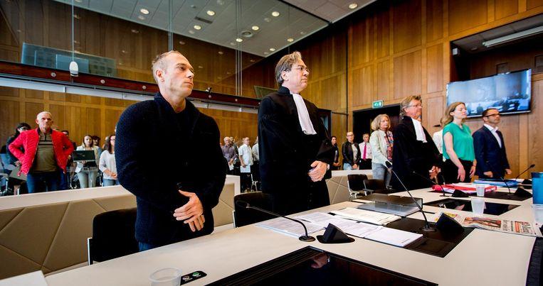Yuri van Gelder en zijn advocaat Cor Hellingman in de zittingszaal van de rechtbank. Beeld anp